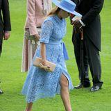 Auch Prinzessin Beatrice erscheint in einem knalligen Hellblau. Sie trägt ein blaues Kleid von Maje mit Kragen und Knopfleiste für rund 295 Euro.