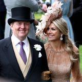 Willem-Alexander setzt mit Krawatte und Frackweste kleine Farbakzente. Königin Máxima strahlt ihren Ehemann verliebt an.