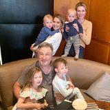 5. Juni 2019  Seltener Schnappschuss zu siebt: Neben den vier gemeinsamen Kindern hat es auch Ireland Baldwin, Alecs Tochter aus erster Ehe mit Kim Basinger, mit aufs Bild geschafft.