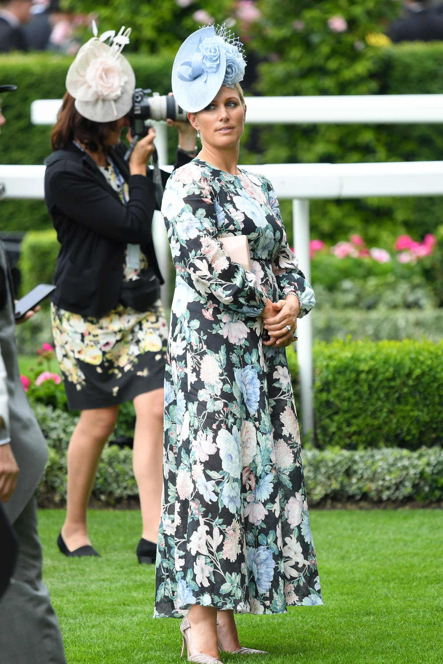 Zara Tindall setzt auf ein geblümtes Kleid des australischen Labels Zimmermann (Preis 750 Euro). Dazu kombiniert sie spitze Pumps und einen hellblauen Faszinator.