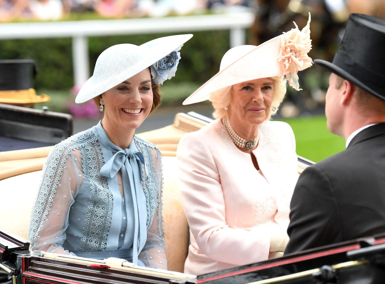 Gegenüber nehmen Herzogin Catherine und Herzogin Camilla Platz.