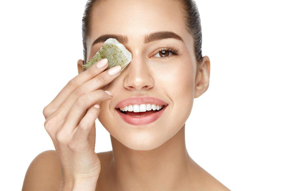 Kalte Teebeutel auf die Augen gelegt, können helfen Tränensäcke zu reduzieren.