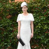 Lady Kitty Spencer trägt ein weißes Spitzenkleid und schwarze Accessoires.