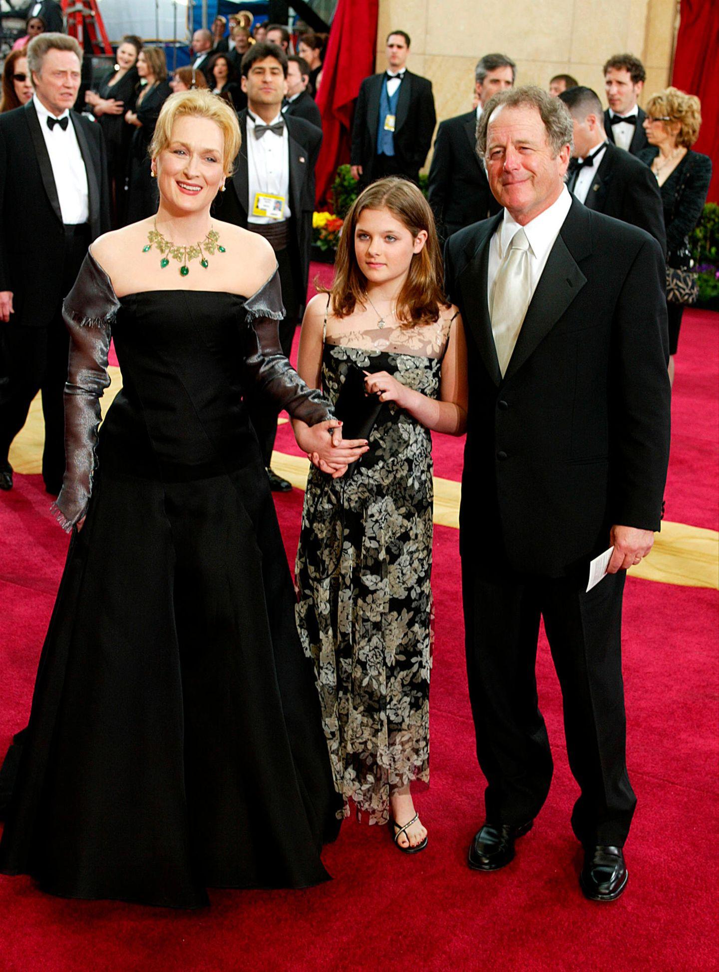 Treue Begleiter auf dem roten Teppich: Meryl Streep kommt 2003 mit ihrer Familie zur Oscar-Verleihung.
