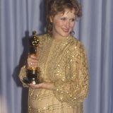 """1983 nimmt Meryl Streep hochschwanger ihren zweiten Goldjungen entgegen, diesmal als beste Hauptdarstellerin für """"Sophies Entscheidung""""."""
