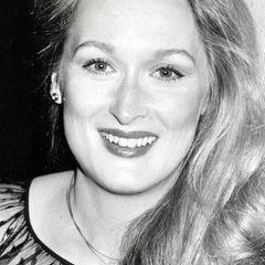 """Am 22. Juni 1949 wird Mary Louise""""Meryl"""" Streep in New Jersey geboren. An der School of Drama der Universität Yale schließt sie ihren Master of Fine Arts ab. Ihren internationalen Durchbruch feiert sie nach ersten Theaterproduktionen Ende der 1970er-Jahre mit der vierteiligen TV-Serie """"Holocaust - Die Geschichte der Familie Weiss"""" und dem Kinofilm """"Die durch die Hölle gehen""""."""