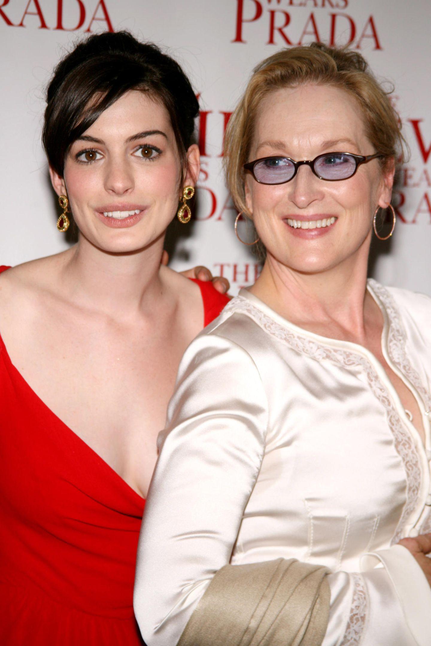 """2006 feiert die Komödie""""Der Teufel trägt Prada"""" Premiere, in derMeryl Streep neben Anne Hathaway brilliert."""