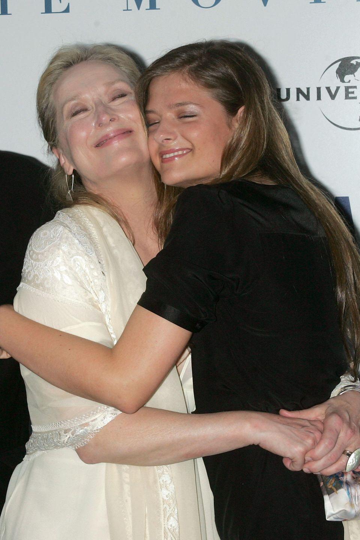 """Beider Premiere von """"Mamma Mia!"""" 2008 bekommt Meryl Streep eine dicke Umarmung von ihrer Tochter Louisa Gummer, die als Model arbeitet."""