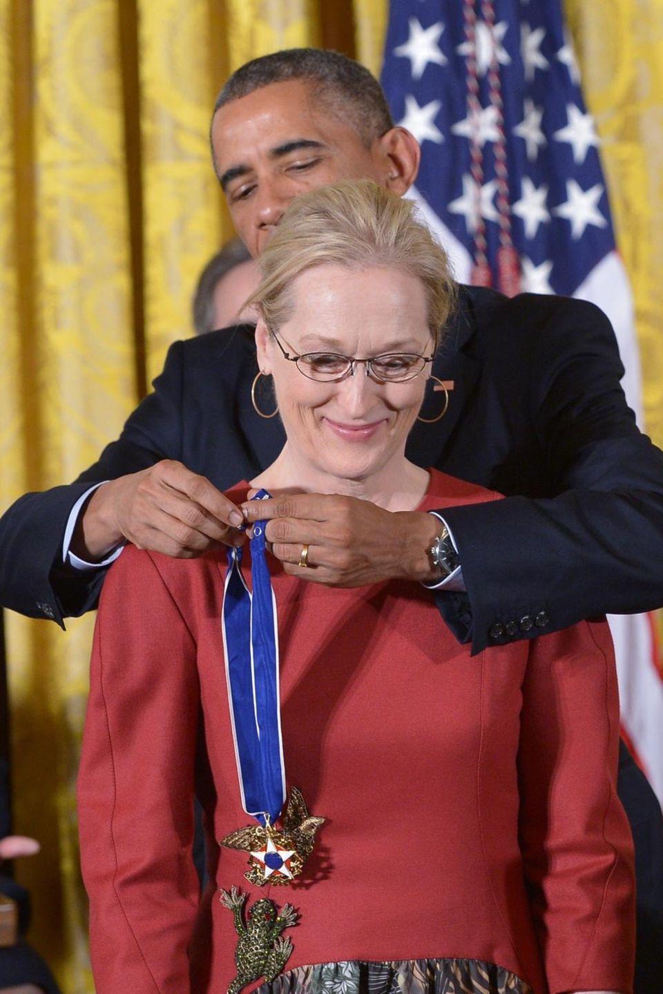 2014 verleiht der damalige US-Präsident Barack Obama der Schauspielerin und Aktivistin die Friedensmedaille.