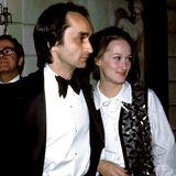 """Diese tragische Liebesgeschichte verändert ihr Leben: Meryl Streep steht erst am Anfang ihrer Karriere, als sie 1976 den talentierten und aufstrebenden Schauspieler John Cazale kennenlernt. Hals über Kopf verliebt sie sich in den Darsteller des Fred Corleone in""""Der Pate"""" und zieht mit ihm zusammen. Doch das junge Glück zerbricht: Das Paar plant bereits seine Hochzeit, als Cazale im Alter von nur 40 Jahren unheilbar an Lungenkrebs erkrankt. Streep pflegt ihn bis zu seinem Tod 1978. Über den Verlust sagt sie, dass er ihr früh gezeigt habe, was wirklich wichtig sei im Leben."""