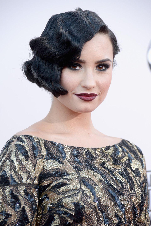 Zu ihrer Wasserwelle hat Demi Lovato auch dasdunkle Make-Up der 20er-Jahre gewählt.