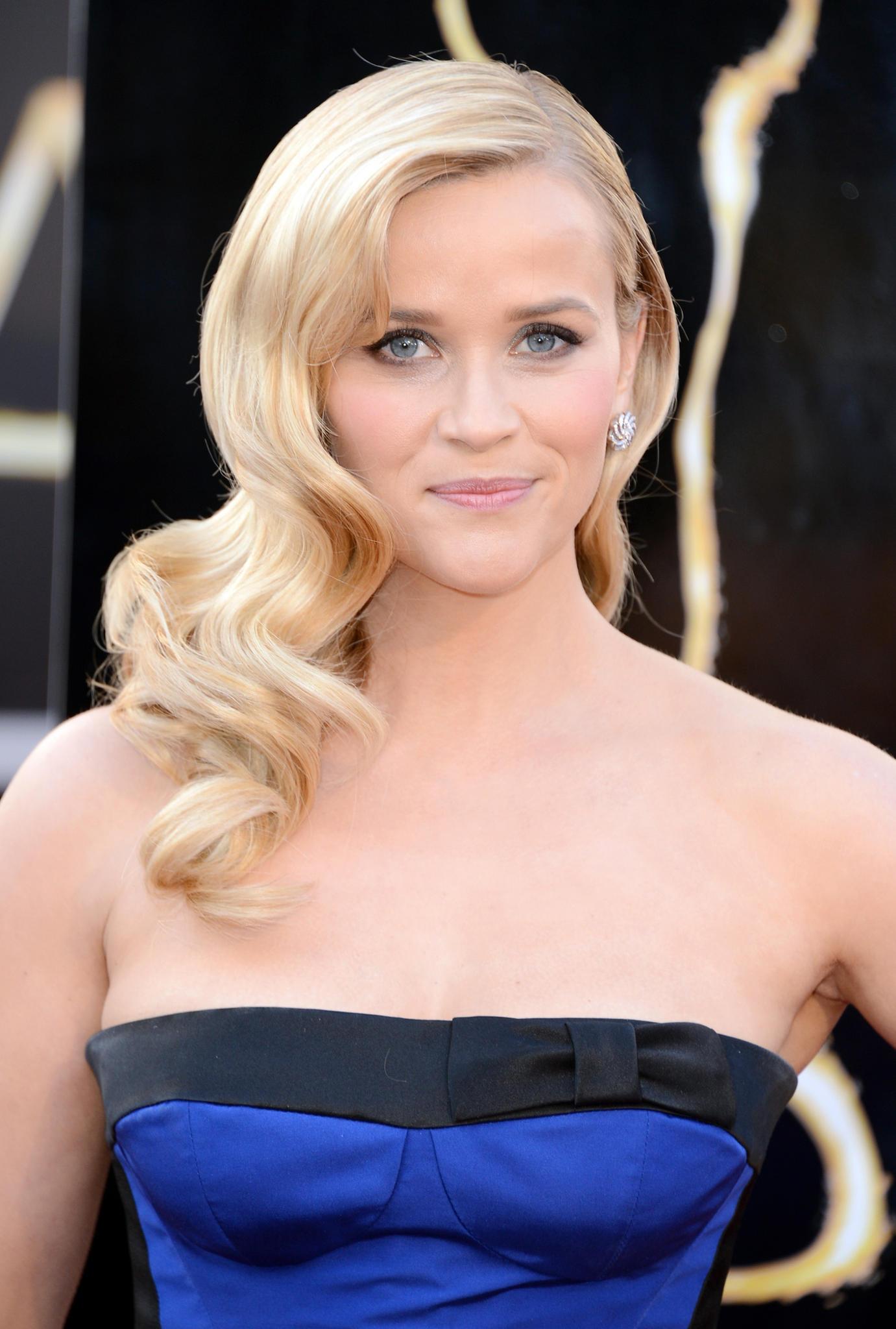 Die blonden Haare von Reese Witherspoon fallen in leichten Wasserwellen über ihre Schultern.