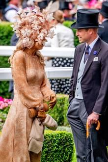 Die Dame mit dem großen Blätterhut bringt in einem Gespräch auch mit Prinz William zum Lachen.