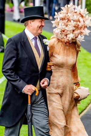 Nanu, wen hat König Willem-Alexander denn da versteckt hinter einem Hut voller Blüten mit nach Ascot gebracht?