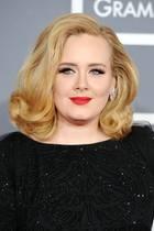 Die Grammy-Verleihung im Jahr 2012 ist ihr Abend: Denn Adele erhält insgesamt sechs der begehrten Trophäen und wird von der Musikwelt gefeiert. In einem schwarzen, eleganten Glitzer-Dress, mit einer voluminösen Föhnwelle und sexy roten Lippen nimmt die Sängerin ihre Grammys entgehen. Doch so sieht Adele nicht mehr aus ...