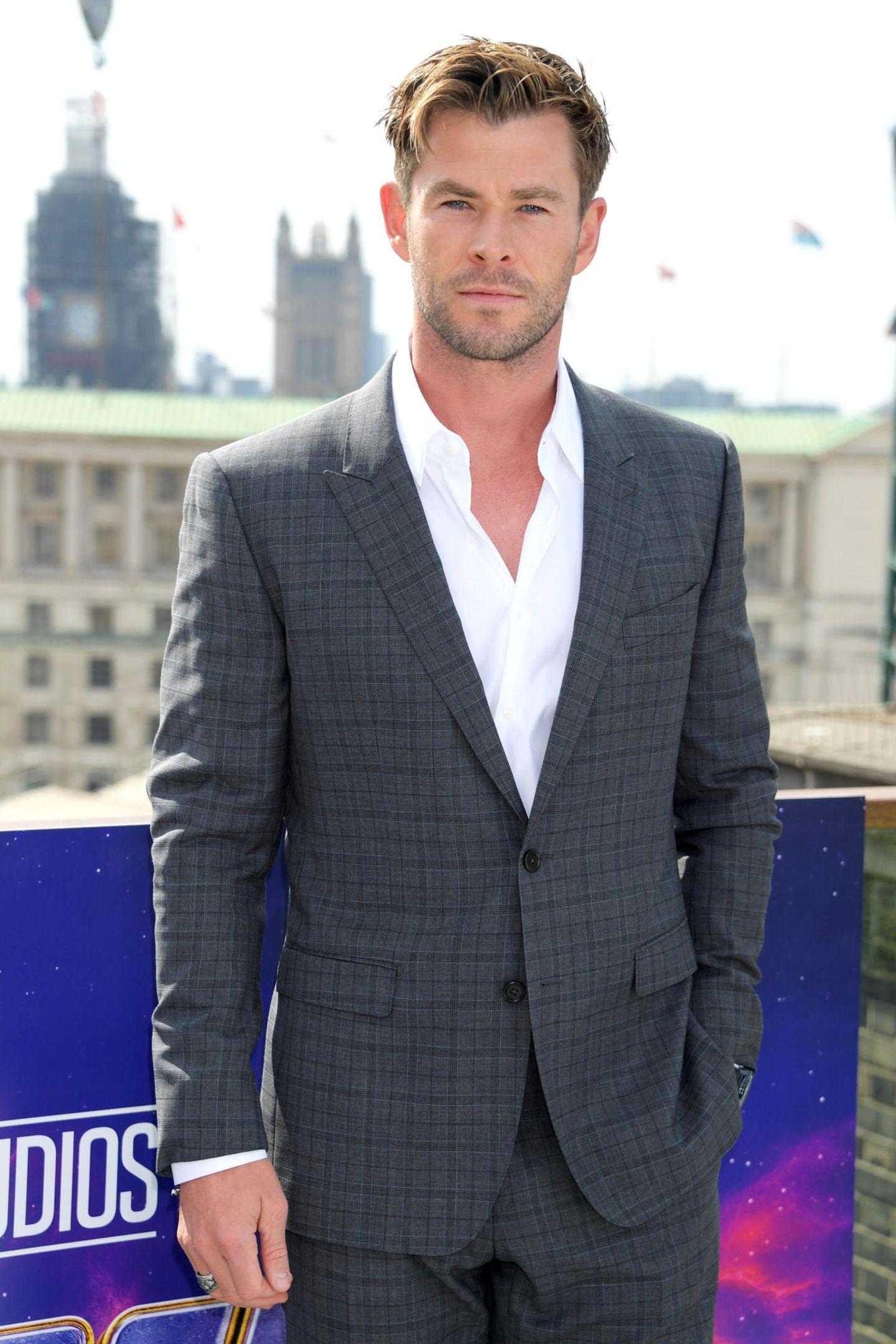 """Unglaublich, womit Chris Hemsworth sich vor seiner Karriere als Schauspieler sein Taschengeld verdient hat: Der heutige """"Avengers""""-Star reinigte einst Milchpumpen. Das enthüllte der Australier in der """"Tonight Show"""": """"Mein erster Job war es, Milchpumpen sauber zu machen"""", so Hemsworth zu Jimmy Fallon. """"Ich habe sie manchmal auch repariert"""", erzählte der """"Thor""""-Darsteller weiter. """"An jeder Pumpe gibt es einen Motor mit einem Gurt, einer ArtGummiriemen zum Ansaugen.""""Apotheken hätten die Pumpen an Mütter ausgeliehen und sie ihm anschließend mit den angetrockneten Milchresten zum Reinigen gegeben. 14 Jahre alt sei er da gewesen."""