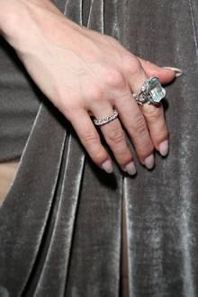 Barbara Meier trägt oft besondere Schmuckstück. Deswegen sollte auch ihre Ehering ein Highlight sein, um an ihrer Hand nicht unterzugehen. Neben krassen Klunkern wie hier an ihrem Zeigefinger blitzt seit Juni 2019 daher ein Ring, der komplett mit Diamanten besetzt ist.
