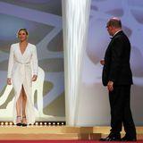 Was für ein Auftritt! Bei der Preisverleihung des Golden Nymph Awards im Rahmen der 59. Festival de Télévision de Monte-Carlo überreichen Fürstin Charléne und ihr Mann, Fürst Albert von Monaco, Schauspieler Michael Douglas einen Preis. Charléne zeigt sich zu diesem Anlass in einer glamourösen, langen Robe.