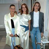 """Pauline Ducruet (Mitte) ist unter die Modedesigner gegangen und zeigt während der Pariser Modewoche ihre erste Kollektion für """"Alter Design"""". Klar, dass auch ihre modeaffine Familie vor Ort ist. Neben Stéphanie von Monaco, ihrer Mutter, ist auch Charlotte Casiraghi vor Ort. In zerissener Jeans, weißem Shirt und kariertem Blazer zeigt sie sich von ihrer legeren Seite. Dazu trägt sie fast kein Make-up und weiße Sneaker."""