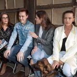Charlotte nimmt in der Front Row neben ihren Cousins Camille Gottlieb und Louis Ducruet Platz. Ihr auffälliger Verlobungsring von Ehemann Dimitri Rassam sticht sofort ins Auge, einen Ehering trägt sie nicht.