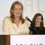 Meryl Streep ist nicht nur eine angesehene Schauspielerin. Sie engagiert sich auch politisch wie zum Beispiel für die Abrüstung, die Friedensbewegung, gegen Armut und Atomkraft sowie für die Gleichberechtigung von Frauen in der Filmindustrie.
