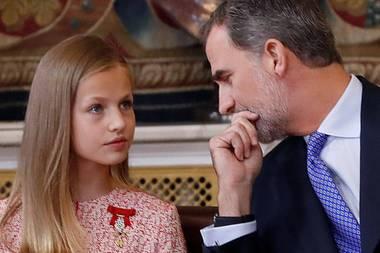 19. Juni2019  König Felipe erklärt seiner Tochter Prinzessin Leonor die Zeremonie.