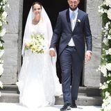 Strahlend treten der italienische FußballtorwartAntonio Donnarumma und seine Braut, Stefania Deval, in Sorrento, Italien, vor die Kirche, in der sie sich das Jawort gegeben haben. Die Braut trägt ein hochgeschlossenes Kleid mit Spitze und einen langen Schleier.