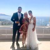 Für den Empfang trägt die Braut ein zweites Kleid, das etwas freizügiger ist: Durchsichtige Einsätze, florale Applikationen und ein opulenter Tüllrock betonen ihre Figur perfekt.