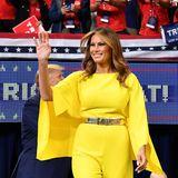 Bei einer Wahlkampfveranstaltung ihres Mannes überstrahlt Melania Trump in ihrem gelben Jumpsuit alle. Das taillierte Desigerstück stammt von Ralph Lauren Collection und kostet knapp 2.645 Euro. Ein echter Hingucker!