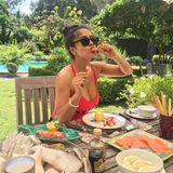 """""""So essen Jarochas (Frauen aus Veracruz) Shrimps"""", kommentiert Salma Hayek dieses Foto aufInstagram. Es zeigt die 52-jährige Schauspielerin vor einem Tisch, der besonders reich mitleicht verdaulicher Eiweißkost gedeckt ist: nämlich Shrimps, Lachs und ein paar frischen Zitronenscheiben – das Geheimnis ihres unfassbar guten Aussehens?"""