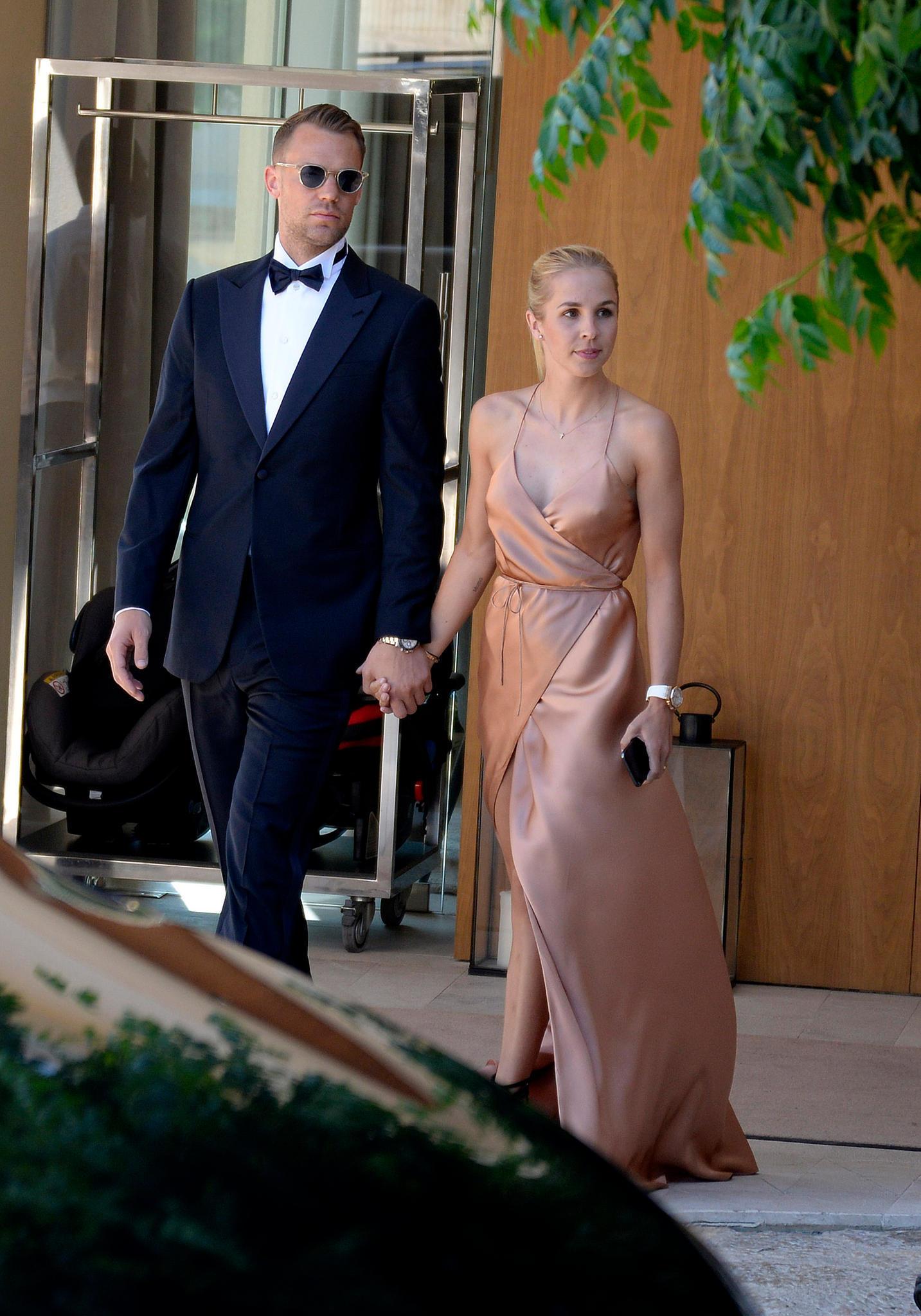 Prominente Hochzeitsgäste:Nationaltorhüter Manuel Neuer und seine Ehefrau Nina machen sich auf den Weg zur Trauung.