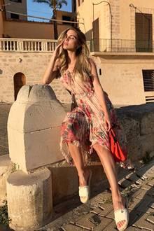 Schon seit über einer Woche urlauben Ann-Kathrin Götze und ihr Mann, Fußballer Mario Götze, auf der spanischen Ferieninsel Mallorca. Die Postings von Ann-Kathrin auf Instagram ließen nicht erahnen, warum sie sich wirklich auf Mallorca befinden. Unter anderem zeigt sich das Model in diesem floralen Kleid von Zara in Kombination mit sommerlichen Sandalen. Einer ihrer letzten Looks vor ihrer Traumhochzeit ...