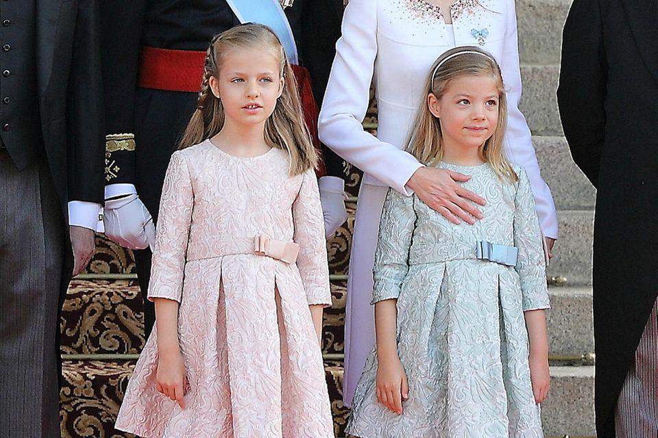Prinzessin Leonor und Prinzessin Sofia tragen bei der Vereidigung ihres Vaters in 2014 noch die gleichen Kleider. Oft werden sie so verwechselt und für Zwillinge gehalten.