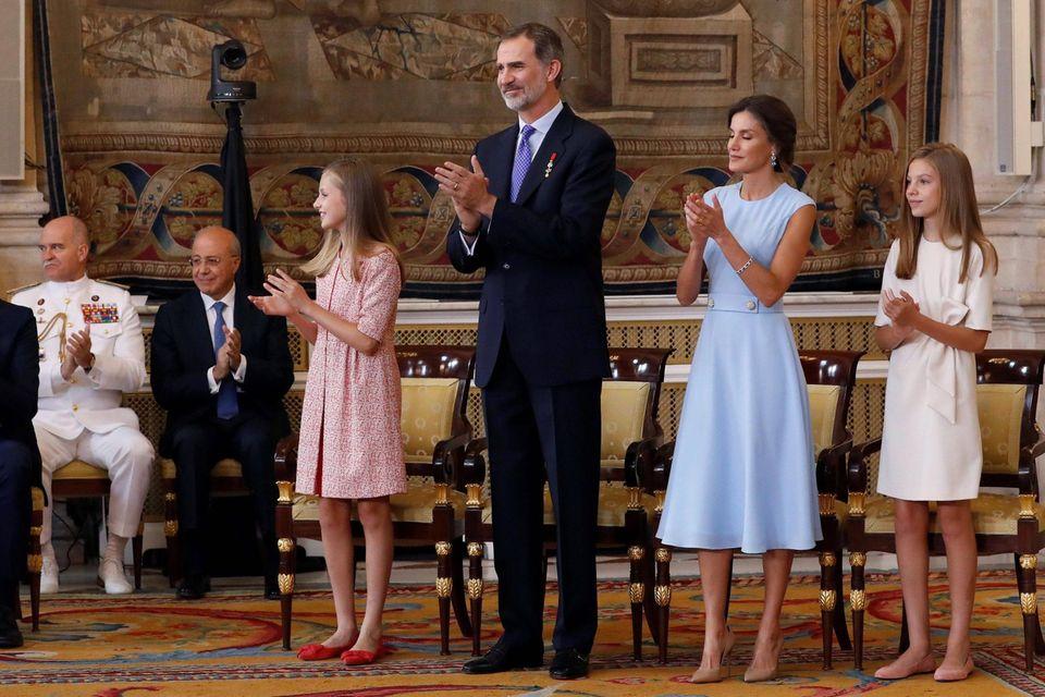Am 19. Juni 2019 hat König Felipe seinen 5. Jahrestag als König. Leonor trägt dazu ein rot-weißes Tweedkleid, Schwester Sofia entscheidet sich für einen Einteiler in Creme.