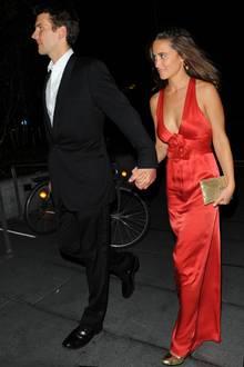 """Pippa Middleton trägt 2011 eine goldene """"Charlie""""-Clutch"""