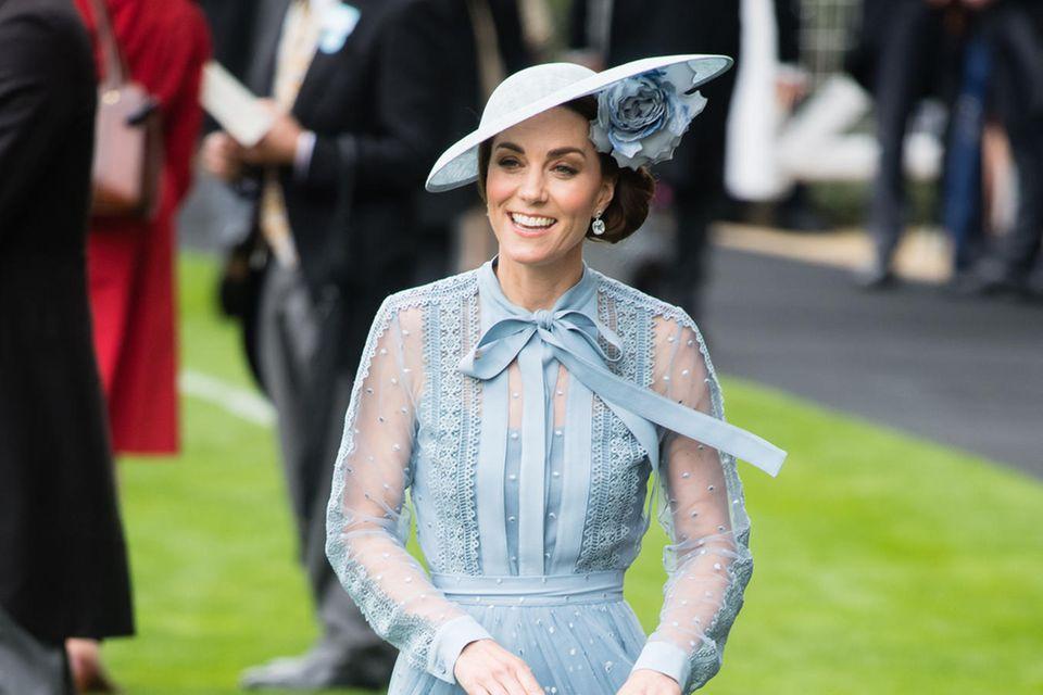 2019 entscheidet sich Herzogin Catherine für ein zartes Midikleid in Hellblau des Labels Elie Saab.