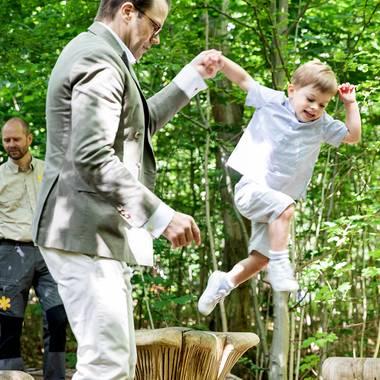 17. Juni 2019  An der Hand von Papa Prinz Daniel erkundet Prinz Oscar spielerisch ein Hindernis nach dem nächsten.