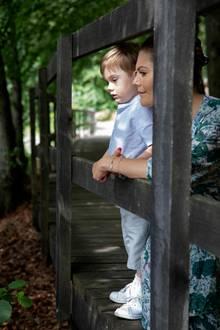 17. Juni 2019  Nach dem Toben mit Papabeobachtet Oscar mit Mama Prinzessin Victoria die Vögel auf dem See.