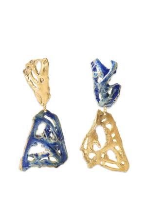 """Mit großem Vergnügen stylen wir diesen Sommer die """"Plaisir""""-Ohrringe zu unseren Maxi-Kleidern und Shorts. Wir lieben die Kombination aus Gold und Blau, den fossilen Schmiedeeffekt und die glamouröse Optik. Von Loveness Lee, ca. 275 Euro."""