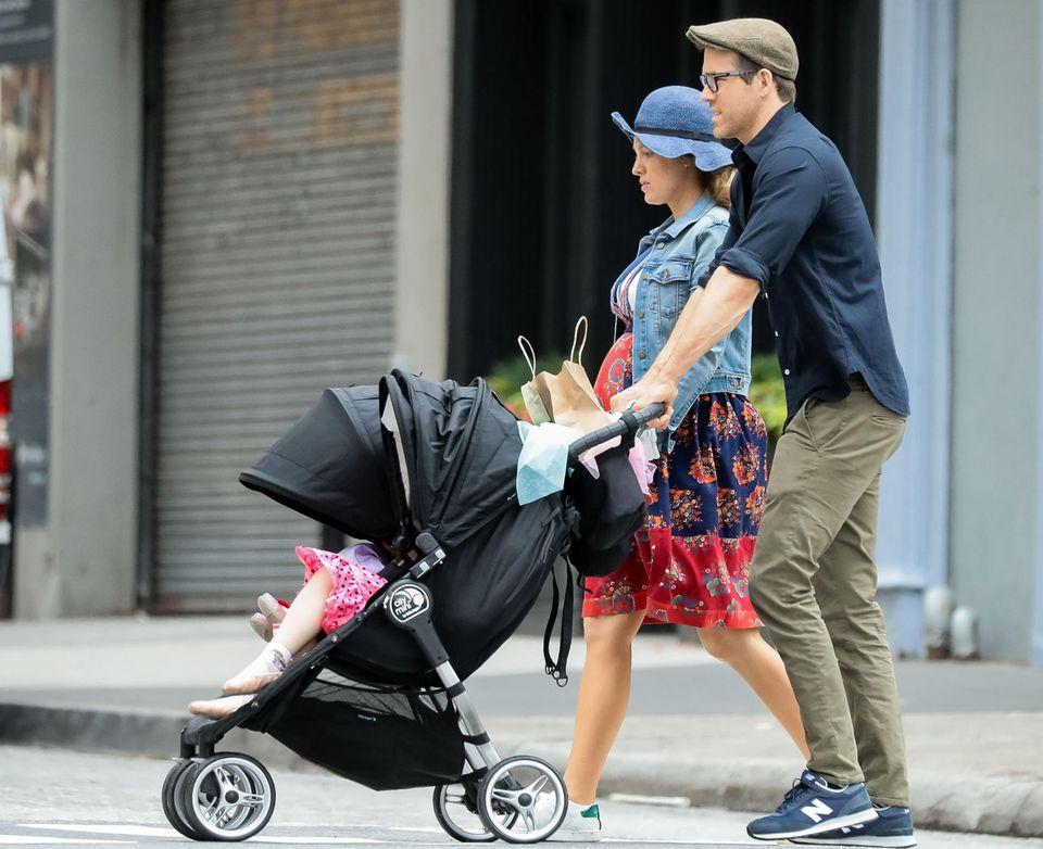 """19. Juni 2019  In New York City ist eine hochschwangere Blake Lively mit Mann Ryan Reynolds und den Töchtern Inez und James unterwegs.  Im Mai hatte die Schauspielerin mit ihrem Auftritt auf der Premiere von """"Pokémon: Meisterdetektiv Pikachu"""" in New York mit ihrer Babykugel für eine riesengroße Überraschung gesorgt."""