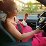 19. Juni 2019  Die schwangere Sila Sahin gönnt sich während der Autofahrt einen kurzen Snack und funktioniert ihren Babybauch kurzerhand in eine Ablage für ihre fettigen Pommes um.