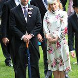 Auch Peter und Autumn Phillips lassen sich in Ascot blicken. In ihrem floralen Kleid mit passender Kopfbedeckung trotzt sie dem Regenwetter.