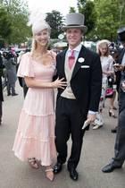 Es ist der erste öffentliche Auftritt seit ihrer Traumhochzeit im Mai: Lady Gabriella Windsor und ihr Ehemann Tom erscheinen strahlend in Ascot. Sie wählt ein gestreiftes Kleid mit Rüschen und auffällige Schuhe.