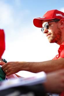 Still und heimlich scheint Sebastian Vettel seiner Hanna das Jawort gegeben zu haben. Beim Schreiben von Autogrammen in Le Castellet, Frankreich, zeigt er sich zum ersten Mal mit Ehering. Gemeinsam haben der Rennfahrer und seine Jugendliebe zwei Kinder.
