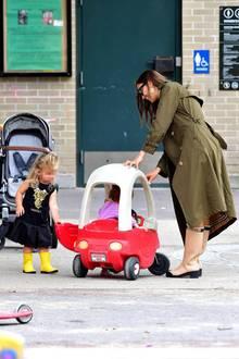 Wechselhaftes Sommerwetter halten Irina Shayk und Töchterchen Lea De Seine nicht vom Spielen ab. Ganz im Gegenteil: Sie wappnen sich in New Yorkmit der richtigen Kleidung und tragen wasserdichte Gummistiefel im Park.