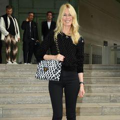 """Supermodel Claudia Schiffer schenkt den Fotografen ein Lächeln. Sie galt als große Muse des Modeschöpfers. Auf Instagram schreibt sie: """"Karl war mein Feenstaub, er verwandelte mich von einem schüchternen deutschen Mädchen in ein Supermodel. Er brachte mir viel über Mode, Stil und das Überleben in der Modebranche bei. Was Warhol für die Kunstszene war, war er für die Modeszene"""", schreibt sie. """"Er ist unersetzlich. Er ist die einzige Person, die Schwarz und Weiß bunt machen kann. Ich werde ihm auf ewig dankbar sein."""""""