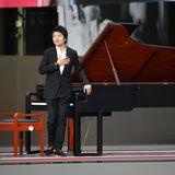 Star-Pianist Lang Lang verbeugt sich vorm Publikum.