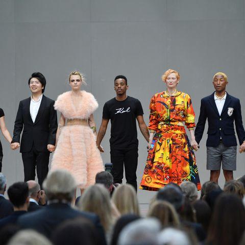 """""""Karl For Ever"""". Der deutsche Designer hat nicht nur den Stil, sondern auch die Karriere und Denkweise vieler Prominenter geprägt. Sie werden den Chanel-Chef wohl nie vergessen."""