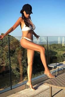 51 und super knackig: Ahnen Sie welche prominente Dame uns hier ihren Wow-Body präsentiert? Es ist Verona Pooth. Die 51-Jährige urlaubt aktuell auf Mallorca und scheut nicht davor sich nur mit einem Bikini, Cap und Sandalen bekleidet, auf Instagram zu zeigen. Warum auch? Diesen tollen Körper darf ruhig die ganze Welt sehen.