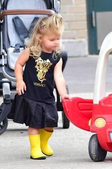 Während Mama Irina auf schicke Chanel-Boots setzt, trägt Lea knallgelbe Gummistiefel zu ihrem Versace-Kleidchen. Die obere Haarpartieder 2-Jährigen hat Irina zu einem praktischen Zopf zusammengebunden. So kann Lea am besten herumtoben.